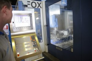 A complex part for the aerospace sector in the course of being machined on the Fox centre. In the box, the milling cutter used for the machining tests during the machine selection shows the extent of chip removal capabilities.